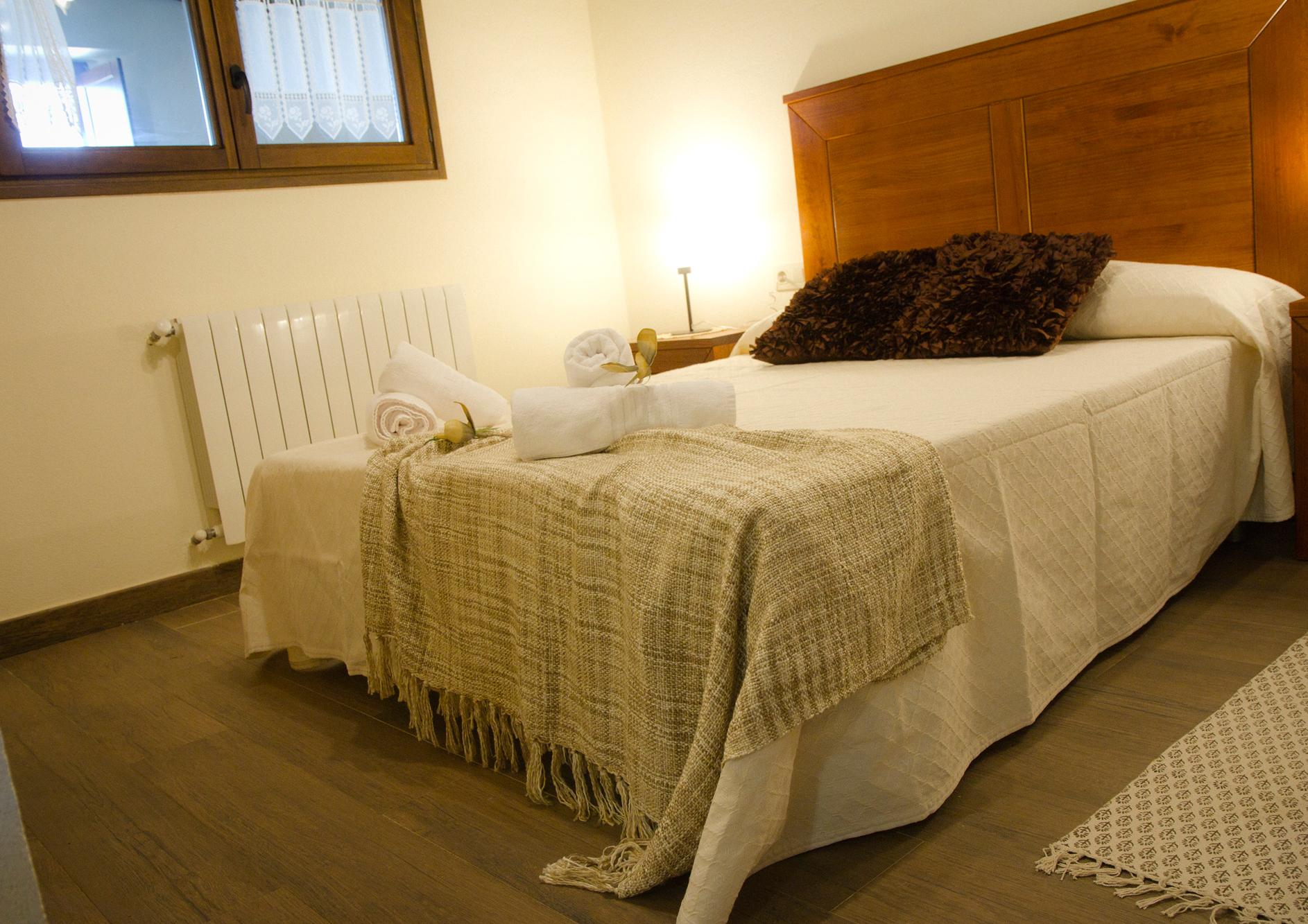 Habitación doble con cama de matrimonio del Apartamento Álvaro Cunqueiro