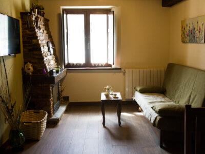 Salón con chimenea del Apartamento Curros Enríquez