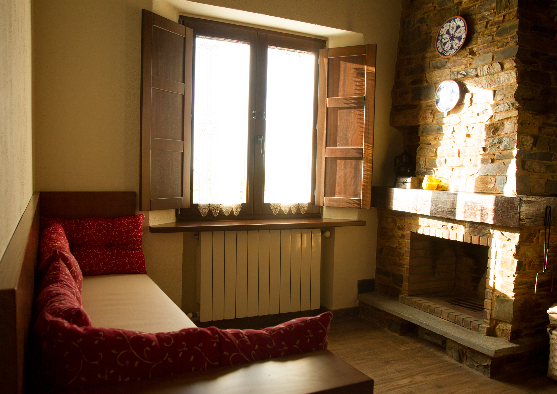 Salón con chimenea del Apartamento Eduardo Pondal
