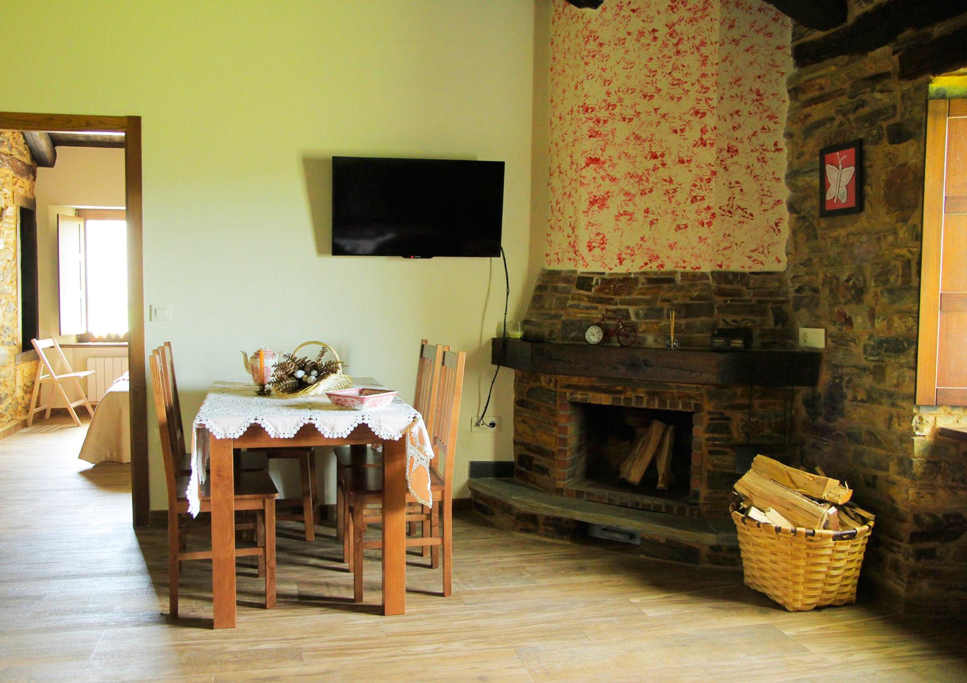 Salon cocina con chimenea del apartamento Rosalía de Castro