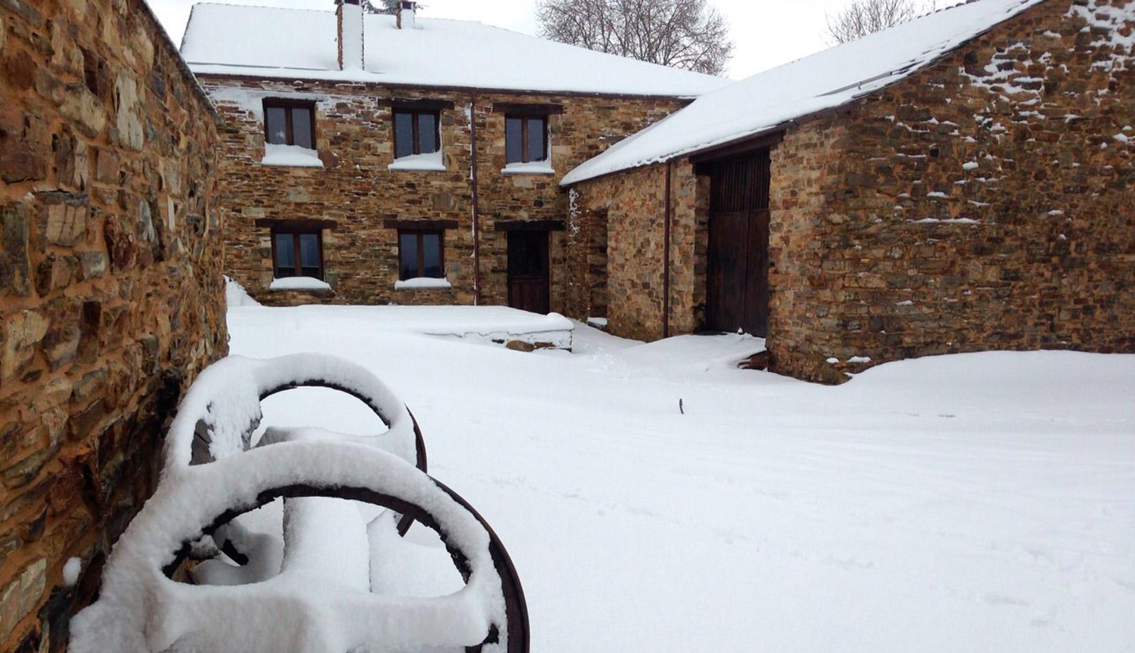 Exterior con nieve de Casa da Lembranza