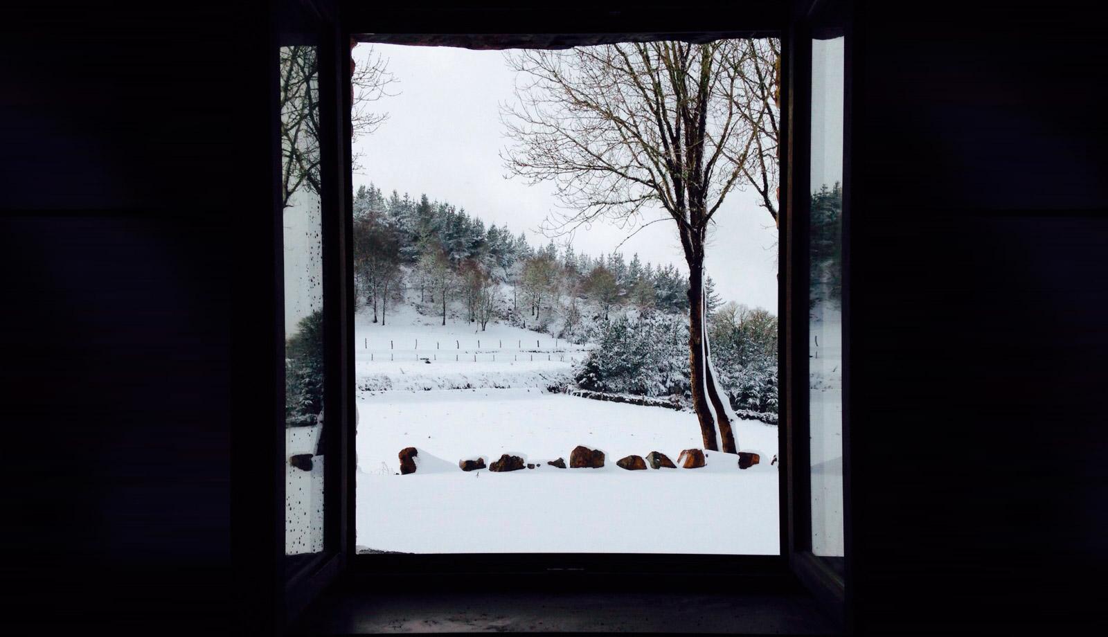 Vista del entorno con nieve desde el interior de Casa da Lembranza