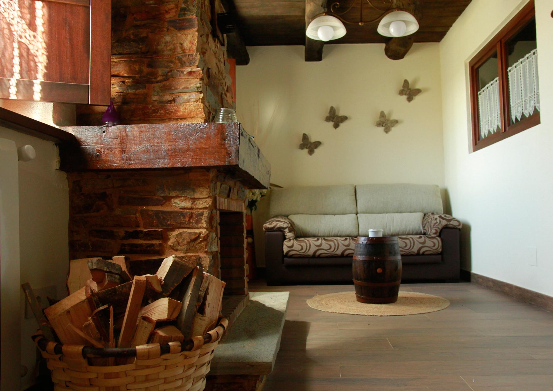 Salón con chimenea del Apartamento Álvaro Cunqueiro