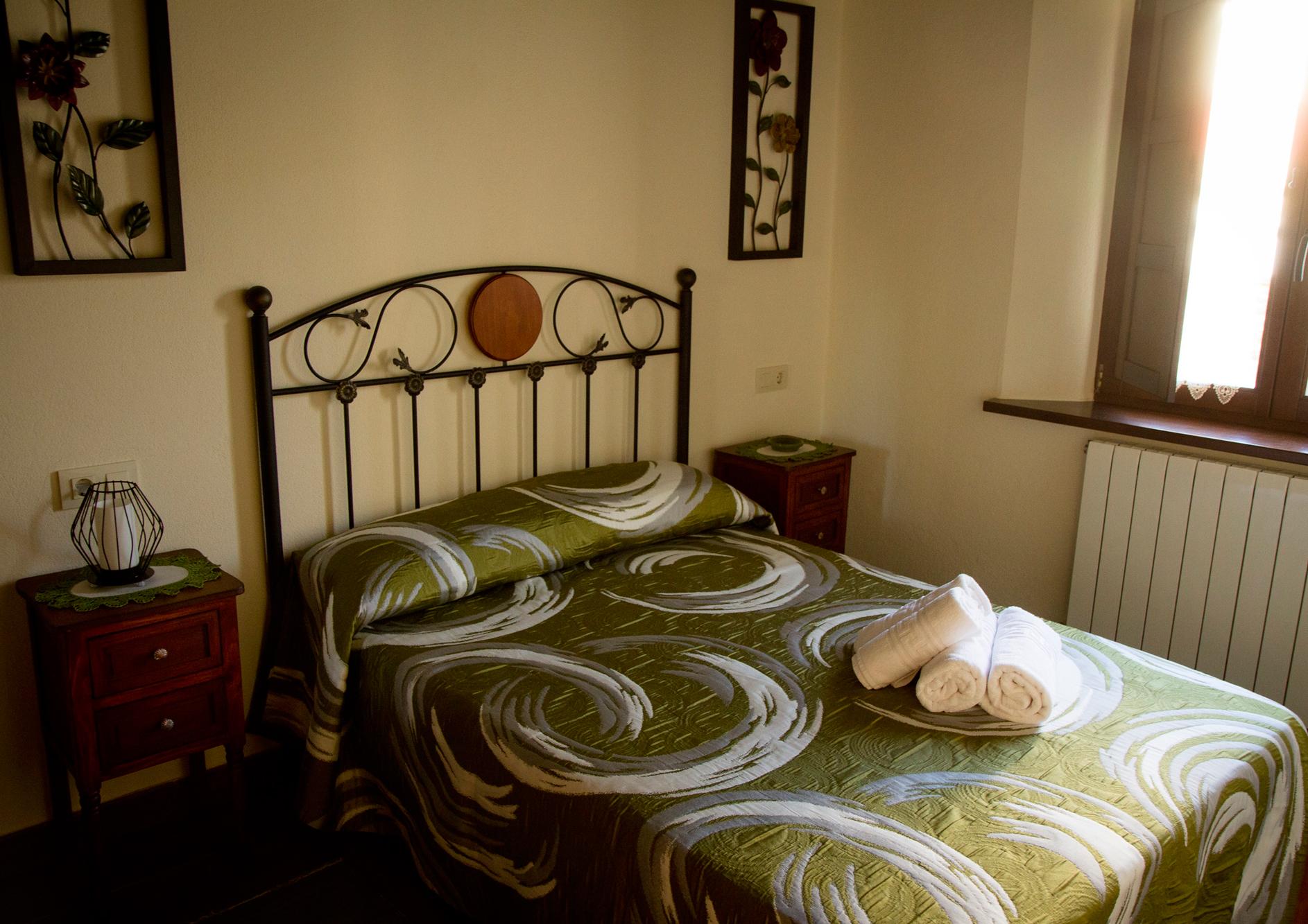 Habitación doble con cama de matrimonio del Apartamento Curros Enríquez