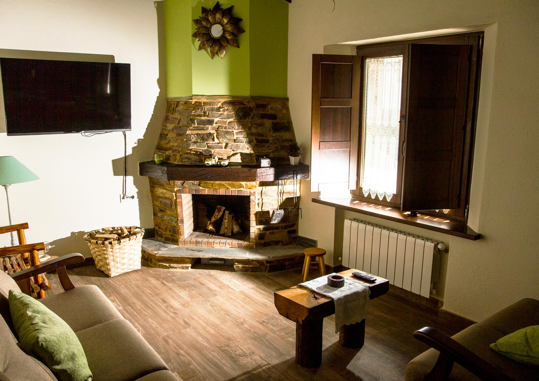 Salon cocina con chimenea del apartamento Castelao