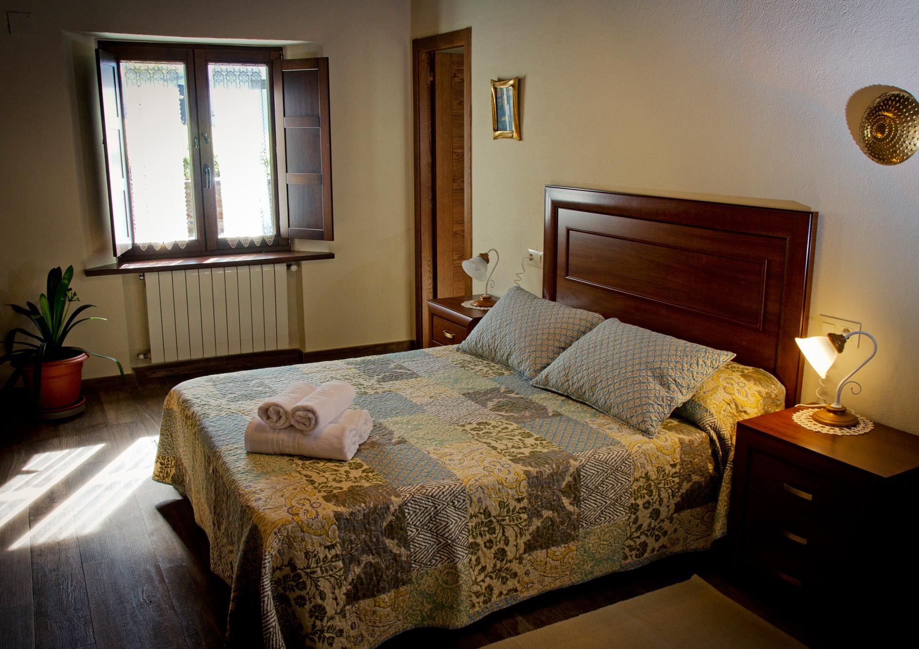 Habitación doble con cama de matrimonio en Apartamento Castelao