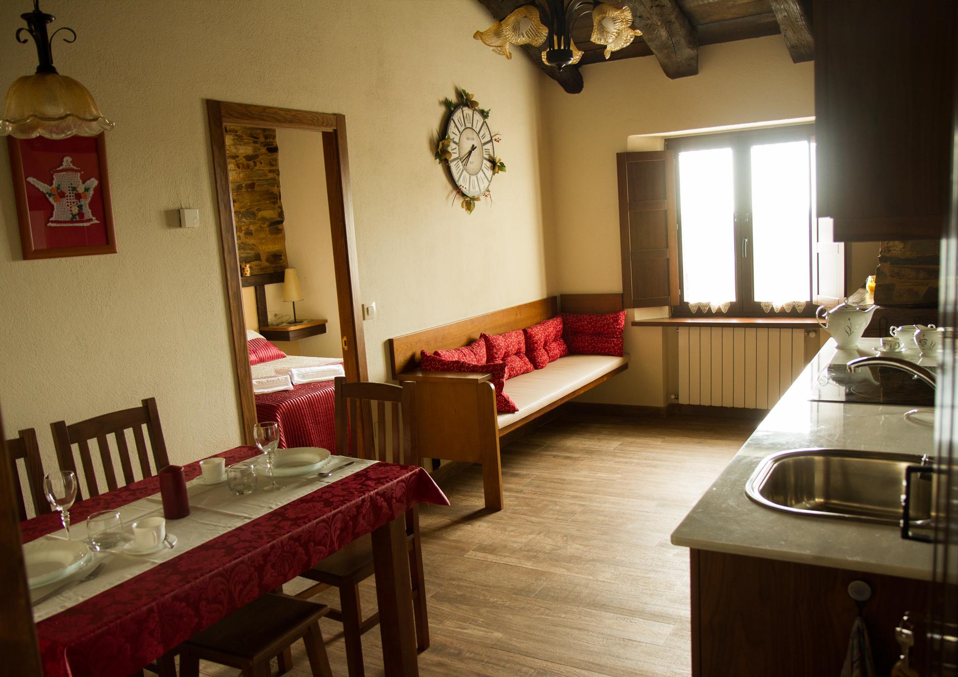 Salón cocina con chimenea del Apartamento Eduardo Pondal