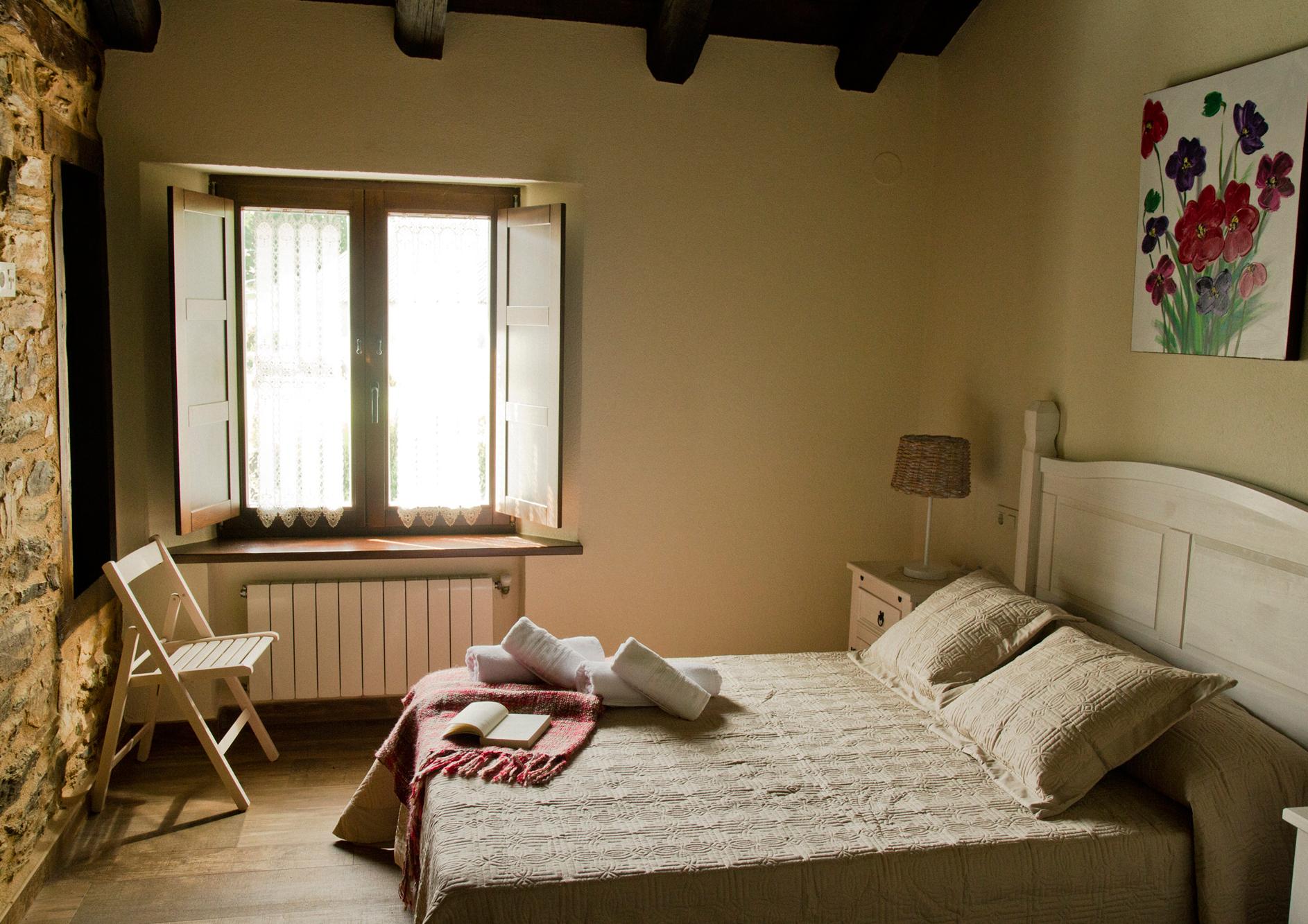 Habitación doble con cama de matrimonio del Apartamento Rosalía de Castro